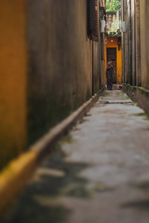 골목, 낮, 보도, 안내의 무료 스톡 사진