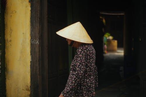 hội an, 거리 사진, 걷고 있는, 나이든 여성의 무료 스톡 사진