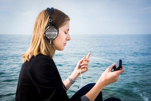 Photos gratuites de audio, bois, bord de mer, casque