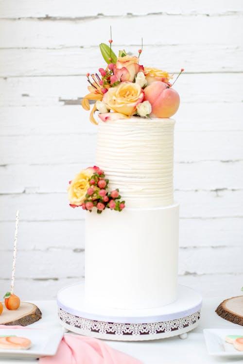 Flaches Fokusfoto Von Gelben Und Rosa Blumen Auf Zweistufigem Kuchen