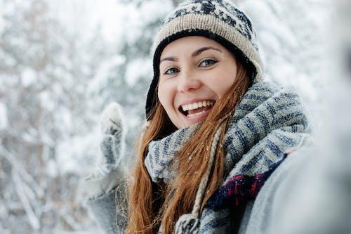 Fotos de stock gratuitas de alegre, autofoto, belleza, boina de lana