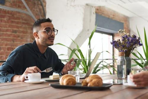 Бесплатное стоковое фото с беседа, Взрослый, говорить, деревянный стол