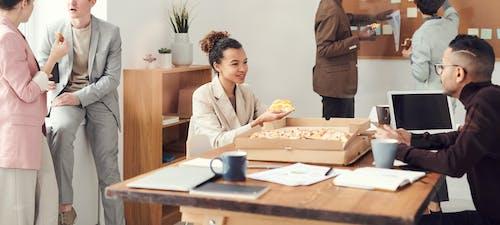 Immagine gratuita di banco, donna, interni, mangiando