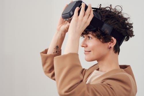 Foto d'estoc gratuïta de casc de realitat virtual, casc rv, dona, persona