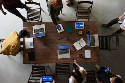 Foto Von Laptops Oben Auf Holztisch