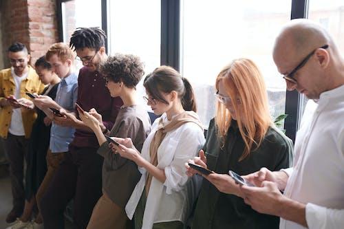 Foto De Pessoas Usando Smartphones