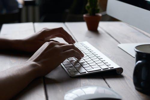 eller, kablosuz, klavye, klavyeyle yazmak içeren Ücretsiz stok fotoğraf