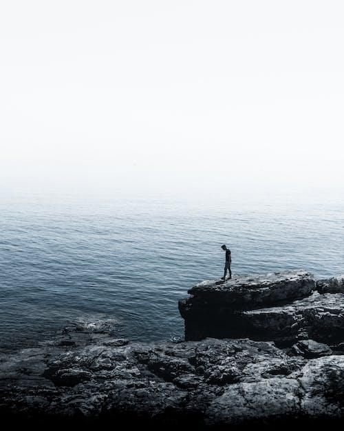 deniz, deniz manzarası, doğa, Kaya içeren Ücretsiz stok fotoğraf