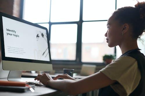 Immagine gratuita di alla ricerca, alunno, computer, donna