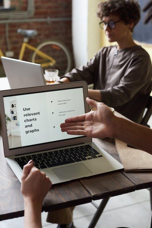 Foto De Laptop Em Cima De Uma Mesa De Madeira