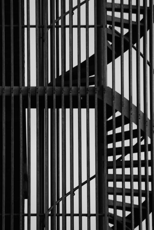 黒と白のらせん階段