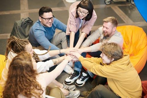 人们牵着彼此的手的照片