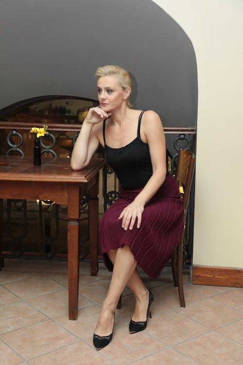 Kostenloses Stock Foto zu blond, blondes haar, blume, blumeninvase