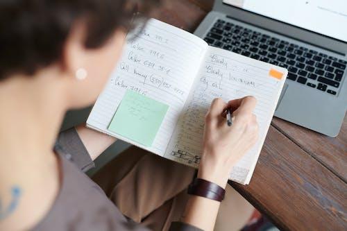 Kostnadsfri bild av anteckningsbok, arbete, arbetssätt, bärbar