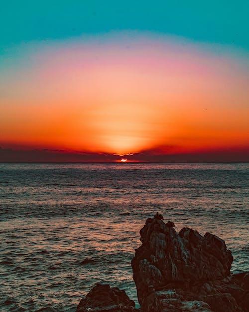 Foto profissional grátis de atardecer, céu noturno, entardecer, mar