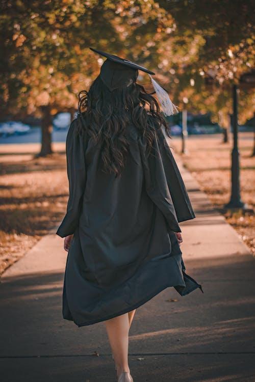 Безкоштовне стокове фото на тему «академічне плаття, вид ззаду, випуск, випускатися»