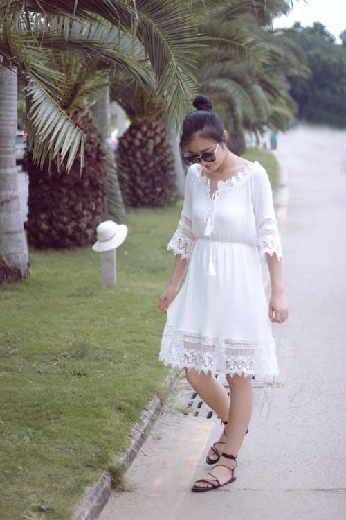 Immagine gratuita di palma, ragazza asiatica, vestito bianco