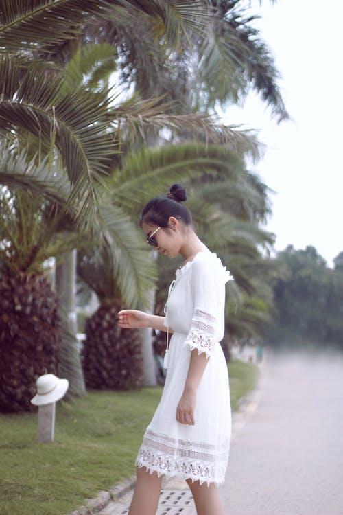 Immagine gratuita di palma, ragazza asiatica, sunglasess, vestito bianco