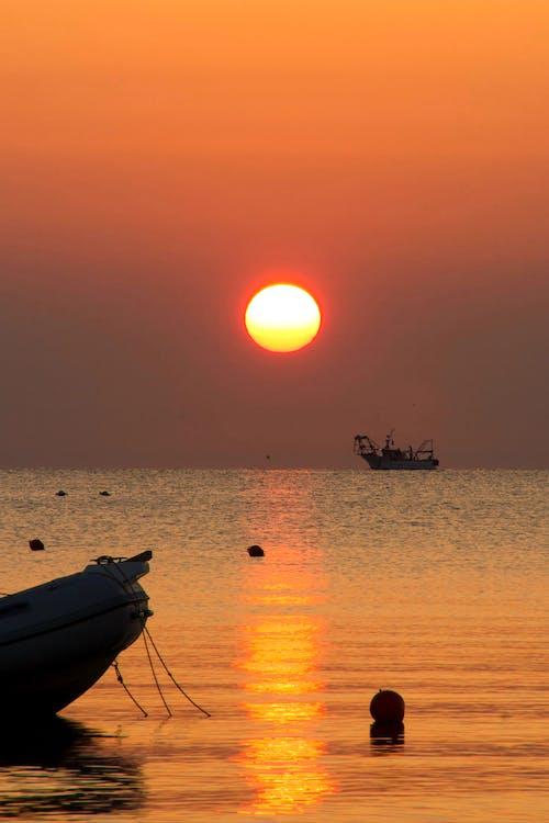 Foto profissional grátis de barco, golden sun, lindo pôr do sol, mar