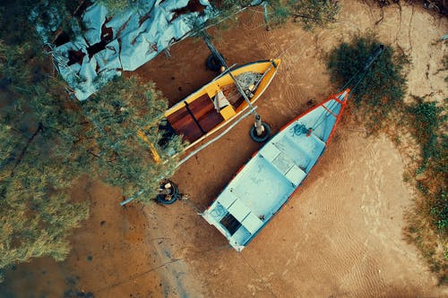 Foto profissional grátis de aerofotografia, areia, árvore, barcos