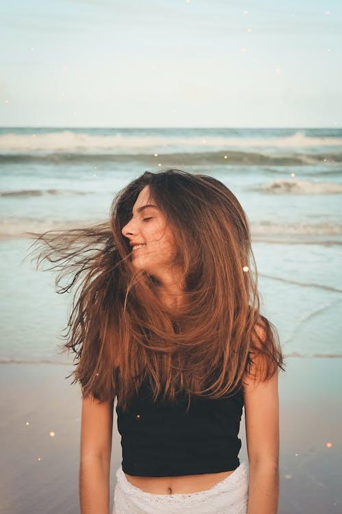 Foto d'estoc gratuïta de a l'aire lliure, cabell, cabells al vent, conjunt de roba