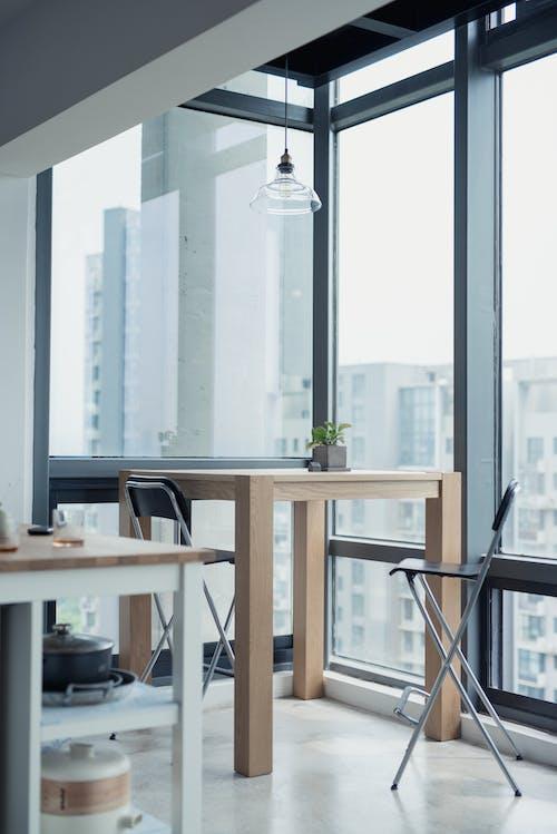 Gratis lagerfoto af arkitektur, bord, bygninger, glasvæg