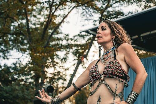Foto d'estoc gratuïta de a l'aire lliure, accessoris, artista, ballarina