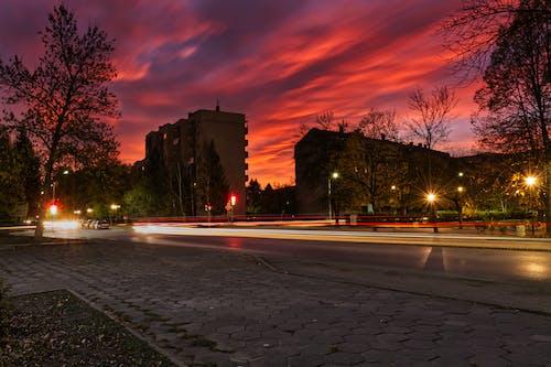 Бесплатное стоковое фото с восход, длинная экспозиция, красное небо, полосы света