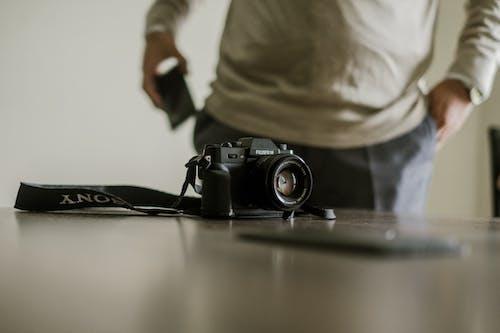 Câmera Na Mesa Perto Do Homem