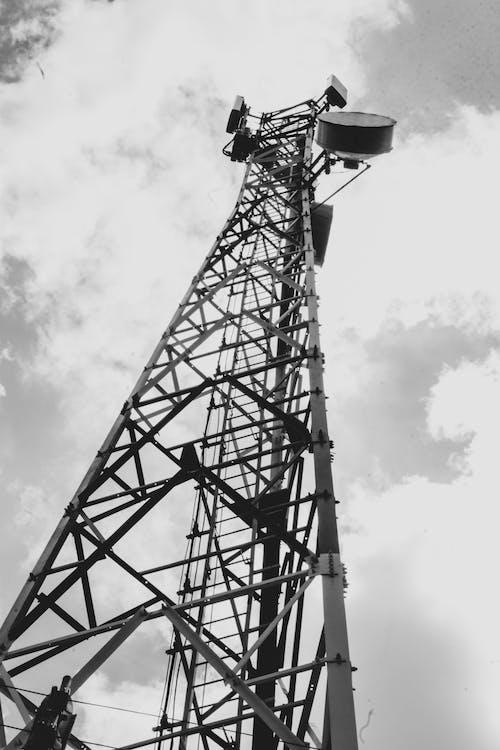 Gratis lagerfoto af radiotårn, sort/hvid fotografi