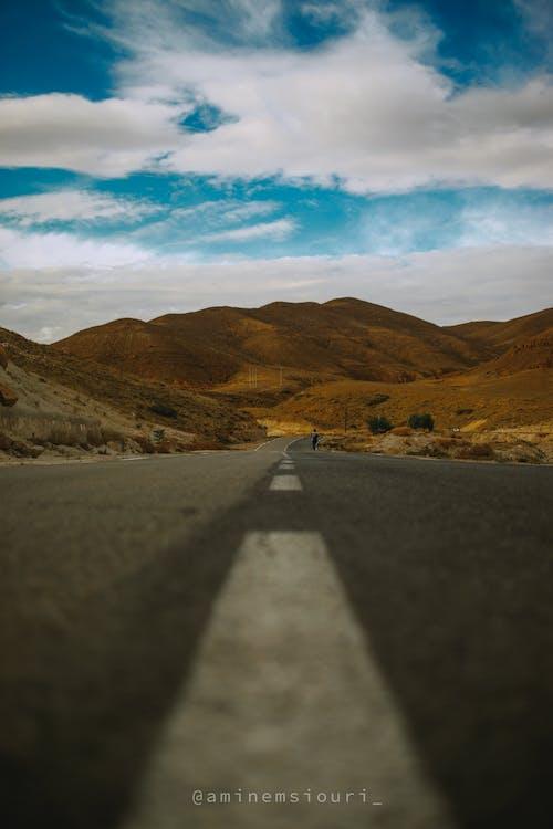 boş yol, cezayir, demiryolu geçidi, dev dağlar içeren Ücretsiz stok fotoğraf