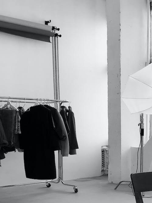 Darmowe zdjęcie z galerii z biznes, czarno-biały, fotografia studyjna, krzesło