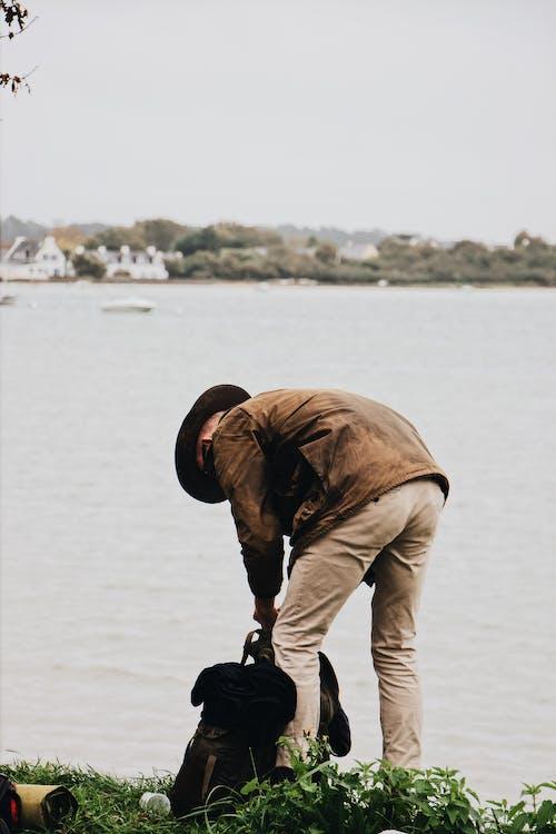 Ingyenes stockfotó Férfi, fű, halász, hátizsák témában