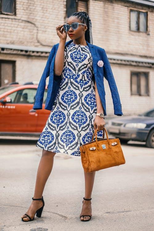 Vrouw Die Witte En Blauwe Bloemenkleding Draagt Die Bruine Handtas Draagt