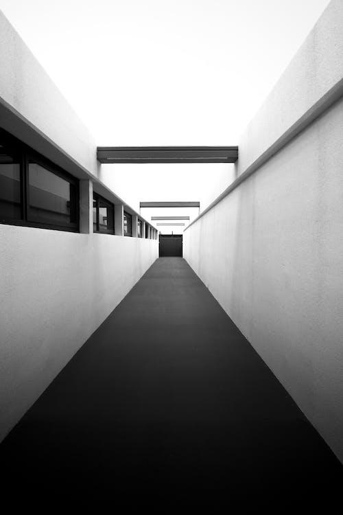 Gratis stockfoto met architectuur, begeleiding, eenkleurig, gang