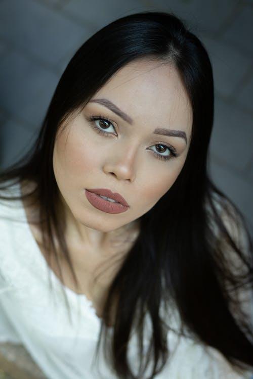 Gratis stockfoto met donker haar, ernstig, gezichtsuitdrukking, high angle shot