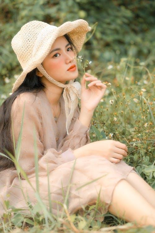 oufit, 坐, 太陽帽, 女人 的 免费素材照片