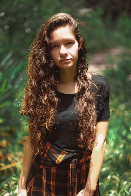 Základová fotografie zdarma na téma dlouhý, hezký, holka, kudrnaté vlasy