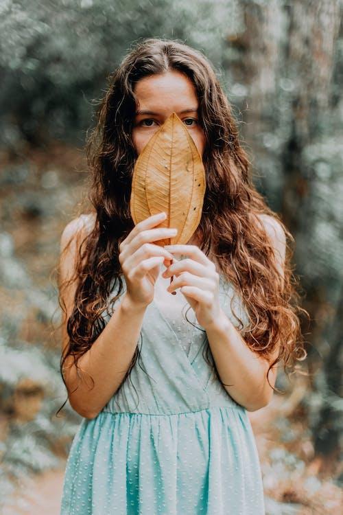 Foto profissional grátis de acanhado, ao ar livre, atraente, bonita