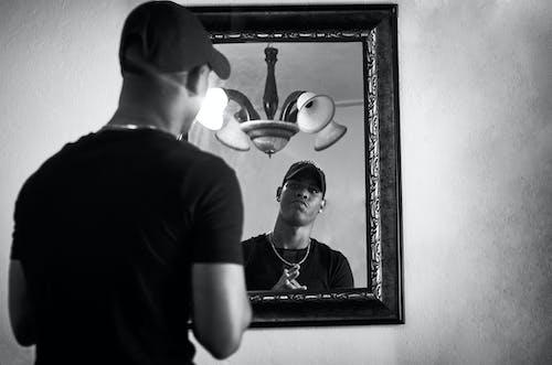 人, 鏡子, 黑與白 的 免费素材照片