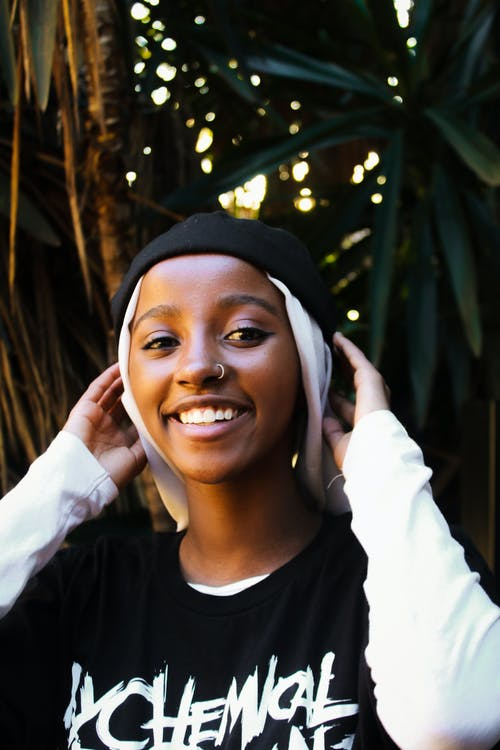 Δωρεάν στοκ φωτογραφιών με casual, happy μαύρη γυναίκα, ανθρώπινος, άνθρωπος