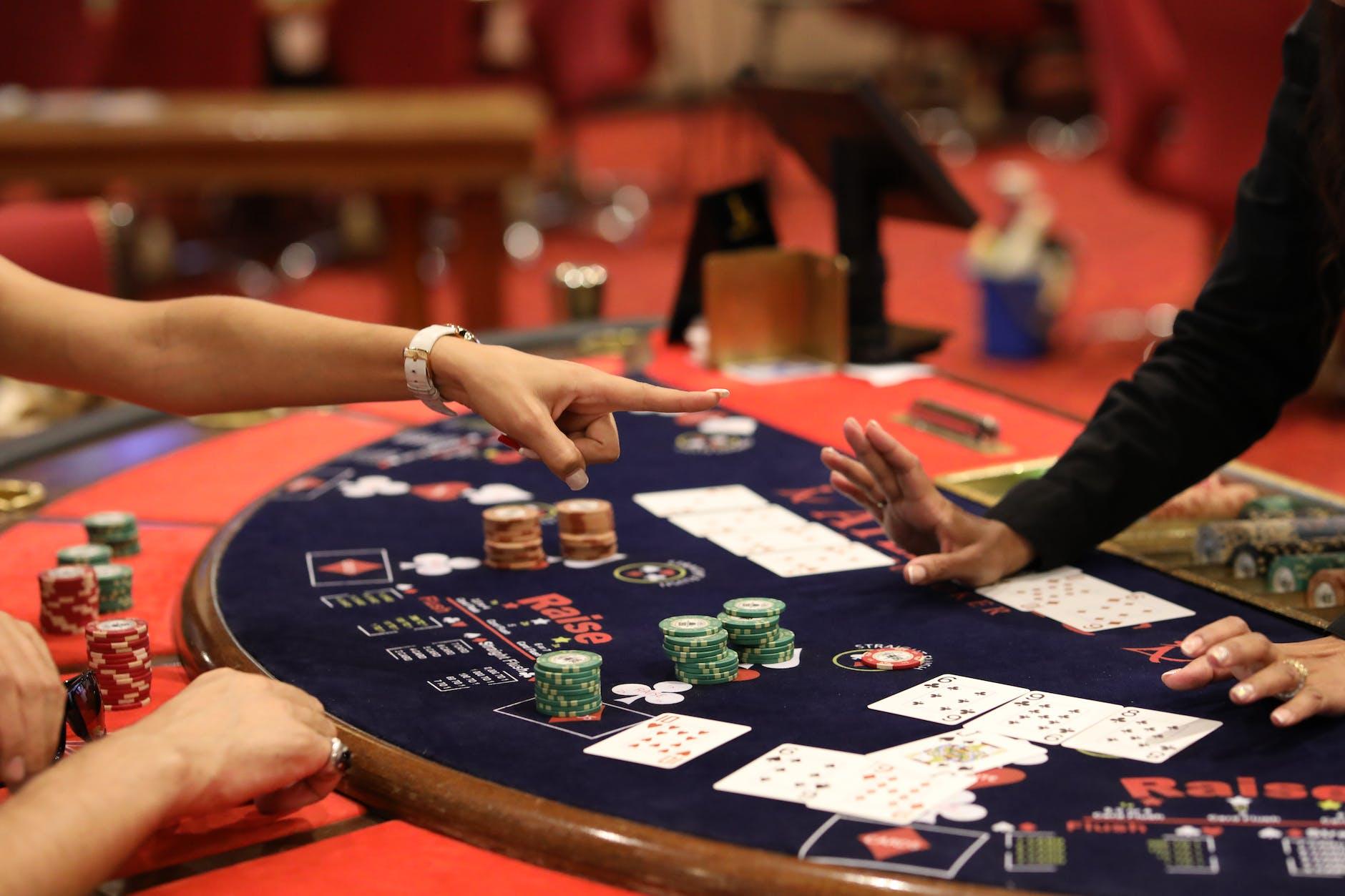 Een spelletje blackjack wordt gespeeld in een fysiek casino