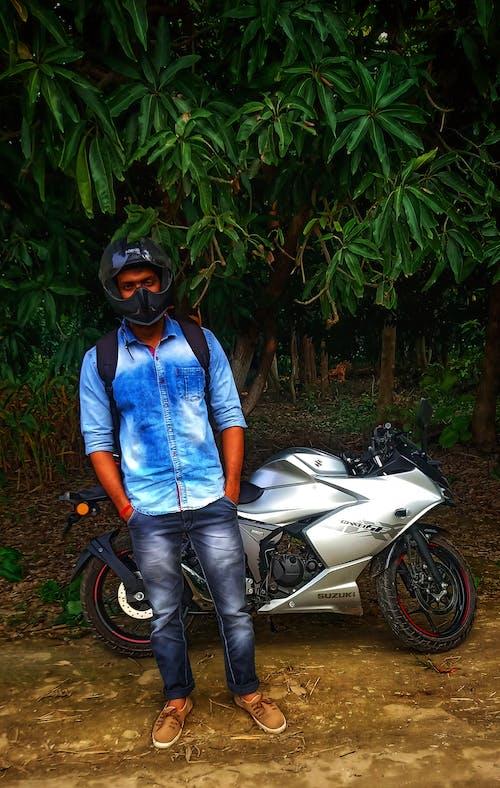 Foto d'estoc gratuïta de bicicleta esportiva, casc de moto, cursa d'acceleració, moto