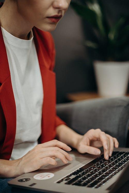 Darmowe zdjęcie z galerii z klawiatura, kobieta, komputer, laptop