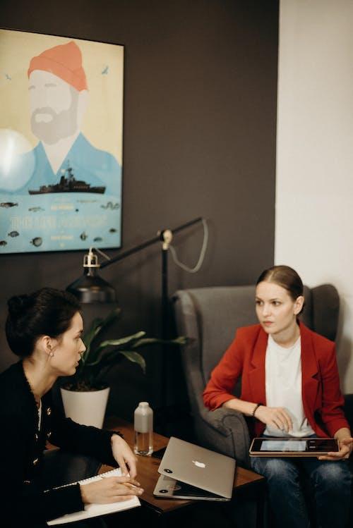 Kostnadsfri bild av ansiktsuttryck, arbetsplats, arbetssätt, arbetsyta