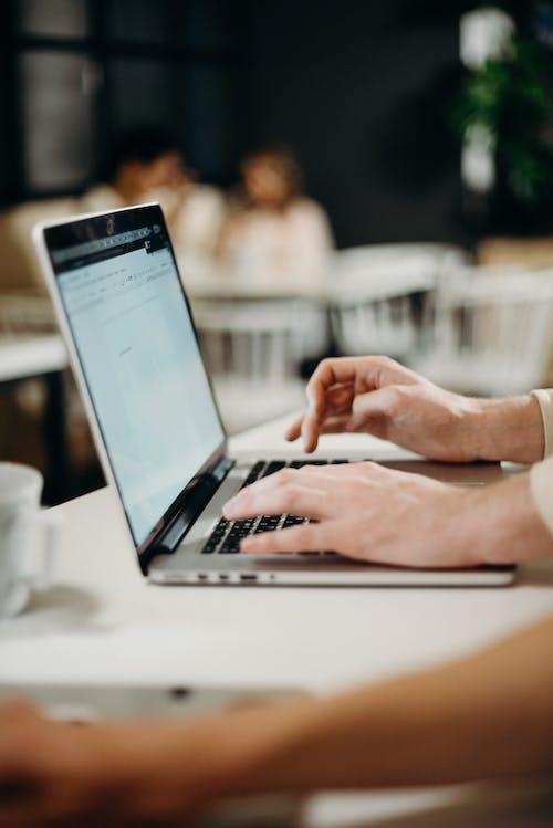 노트북, 손, 앉아 있는, 업무 공간의 무료 스톡 사진