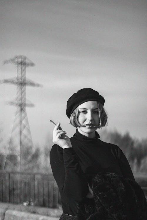 Zdjęcie Kobiety Trzymającej Cygaro W Skali Szarości