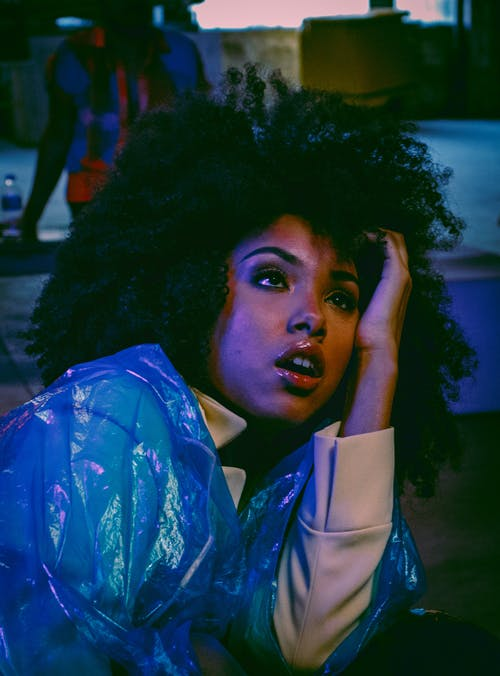 Gratis stockfoto met 20-25 jaar oude vrouw, afro haar, azuur, blauw