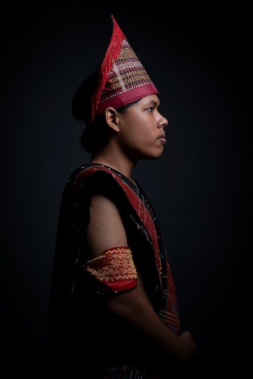 빨간색과 검은 색 전통 의상을 입은 남자