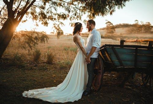 Ilmainen kuvapankkikuva tunnisteilla asu, auringonlasku, avioliitto, hääpuku